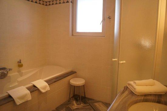 Hostellerie des Châteaux & Spa : baignoire et douche