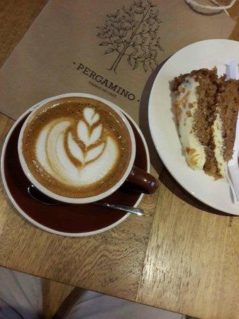 Pergamino Cafe: Capuccino y torta de Zanahoria. Una combinación clásica en Pergamino Café