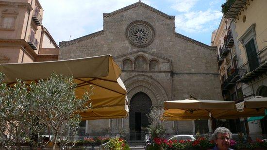 Antica Focacceria San Francesco: Vista della chiesa di S. Francesco fra i tavolini all'aperto