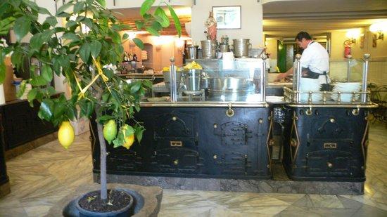 Antica Focacceria San Francesco: Bancone interno delle focacce