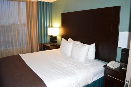 Holiday Inn Pointe Claire Montreal Airport : Bed