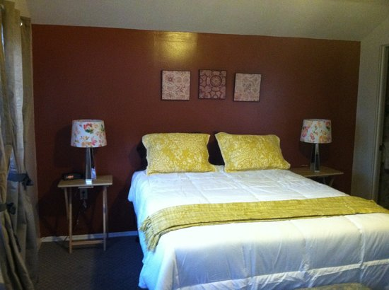 Lamplighter Motel: New  beds with Comfy Down Conforters