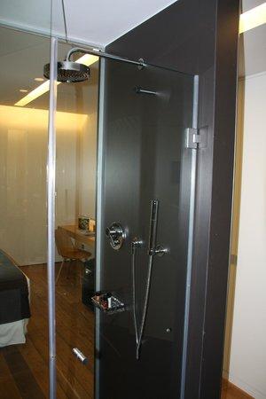 Hotel Ohla Barcelona: Douche en transparence entre la chambre et la SDB