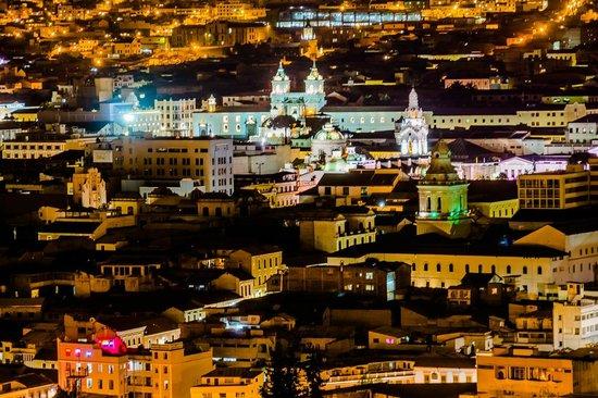 Quito Old Town: Cúpulas de diferentes iglesias, al fondo la fachada de la Iglesia de San Francisco