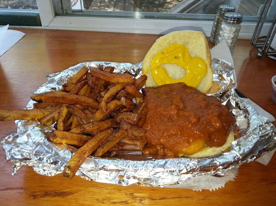Gabby's Burgers and Fries: Chilli cheesburger..yummm. gets lots of napkins