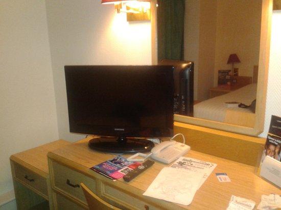 Ibis London Earls Court : Escrivaninha com TV e espelho