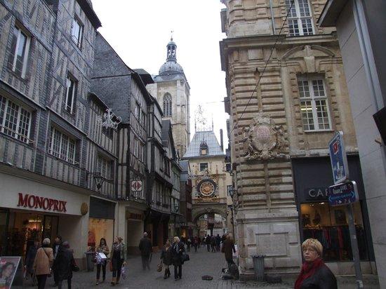 Rue du Gros Horloge : Главные часы Руана.