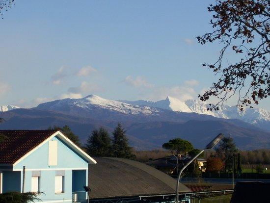 Executive Hotel: vista delle montagne della carnia dalla finestra della camera...