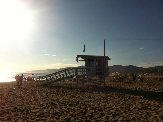Santa Monica State Beach : Cabane des lifeguards en short rouge