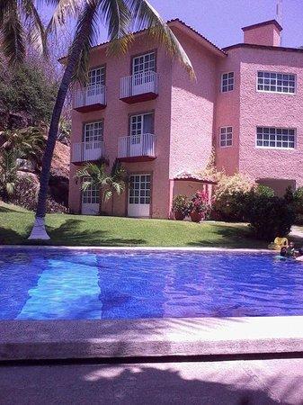 Hotel Castillo Huatulco Hotel & Beach Club: El balcón de la planta baja del lado derecho era el de mi habitación.