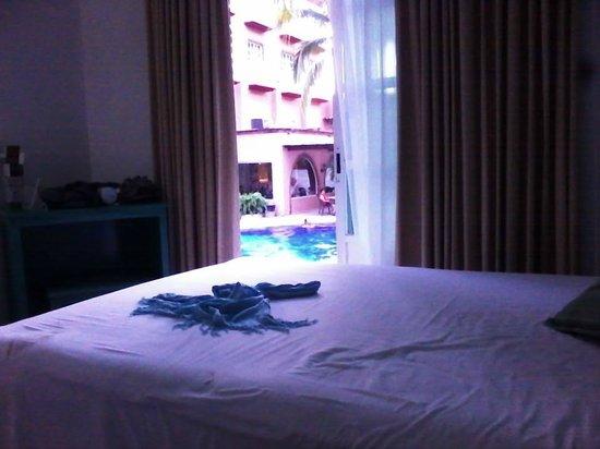Hotel Castillo Huatulco Hotel & Beach Club: Vista a la alberca y al comedor desde mi habitación.