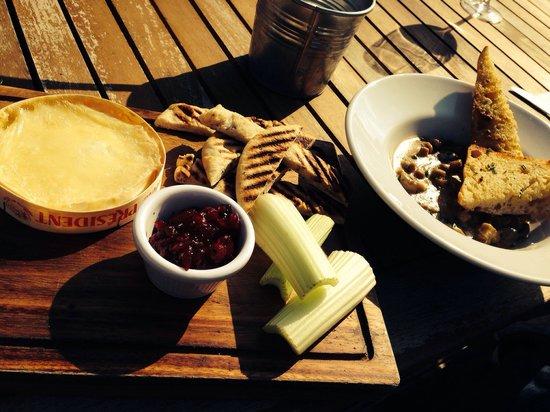 The Jolly Thresher: Camembert with bits and garlic Stilton mushrooms yummy
