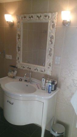 Hôtel Le Moulin De Madame : le lavabo et le miroir