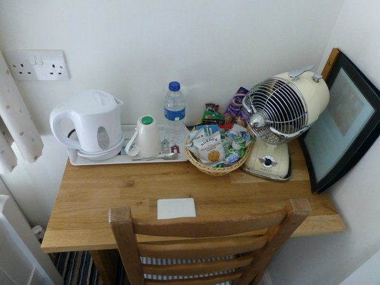Overcliff Lodge: Tea and coffee making facilities in room and fan