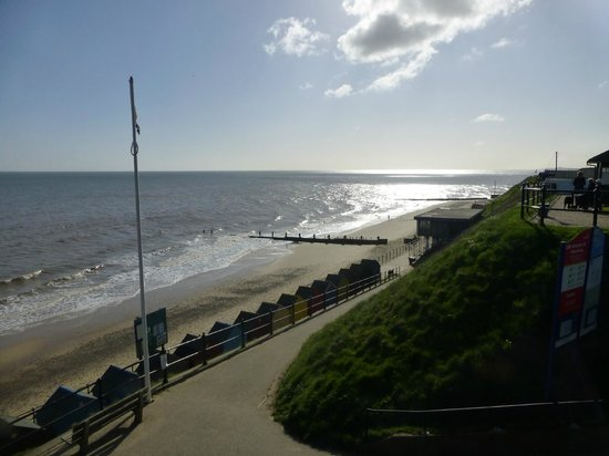 Overcliff Lodge: Mundesley beach