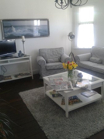 Overcliff Lodge: TV/lounge room downstairs