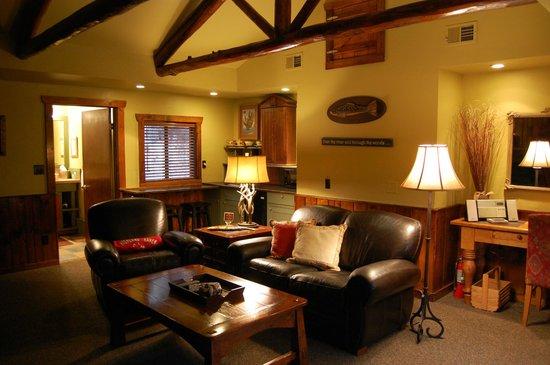 Highland Haven Creekside Inn : Hillside One living room
