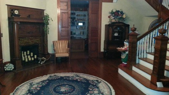 Sugar Magnolia Bed & Breakfast : The entrance hall