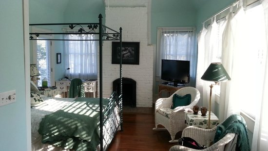 Sugar Magnolia Bed & Breakfast : The Garden Room