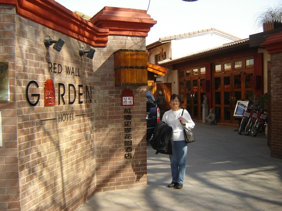 Red Wall Garden Hotel : Hotel entrance