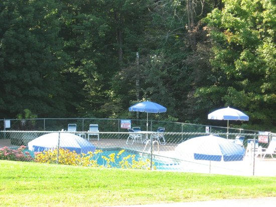 Forest Glen Inn: Pool opens Memorial Day weekend