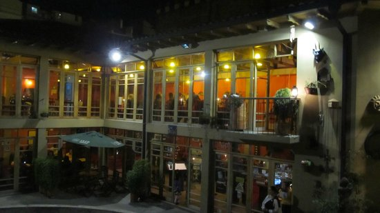 Quito Old Town: Inside house with restaurants