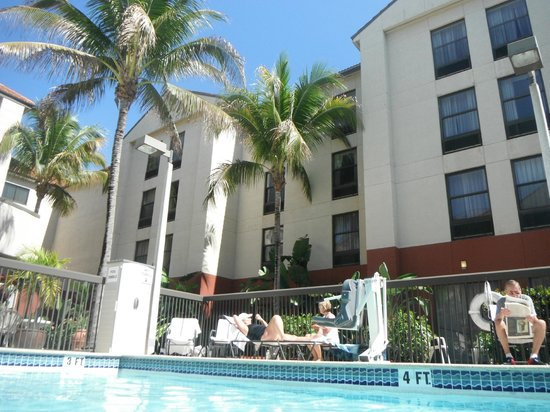 Hampton Inn & Suites Fort Myers Beach / Sanibel Gateway: Hotel from the back