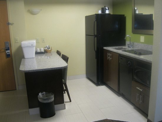 Hampton Inn & Suites Fort Myers Beach / Sanibel Gateway : Kitchenette area