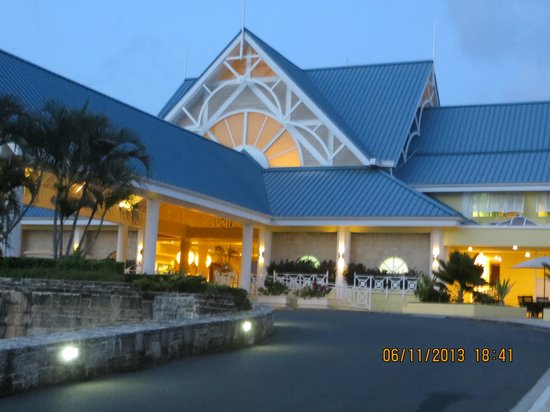 Magdalena Grand Beach & Golf Resort : Front view of the reception area at night