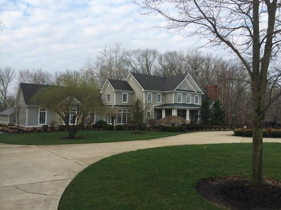 Bluegrass Country Estate: view from the driveway