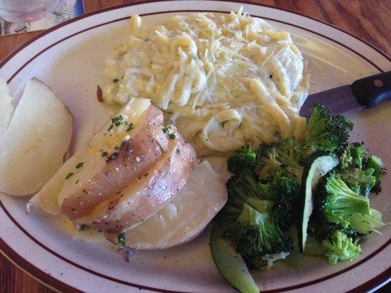 Windmill Restaurant: Chicken Alfredo---no mushrooms