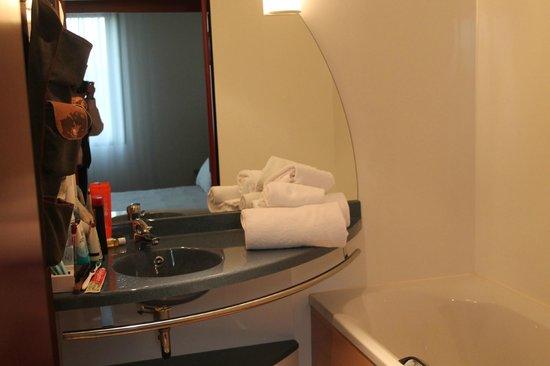 Novotel Suites Paris Nord 18ème: housekeeping carelessly put towels on counter