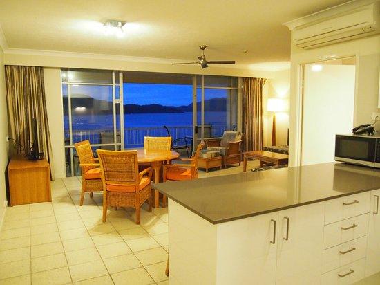 Whitsunday Apartments Hamilton Island: Lounge / Dining & View