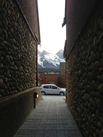 Mystic Springs Chalets & Hot Pools: An alley to the main road with the peeking mountain view