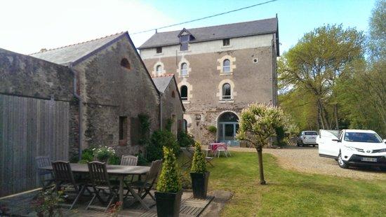 Moulin de Clabeau : jardin au bord de la rivière