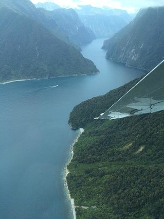 Air Milford : arriving at milford sound