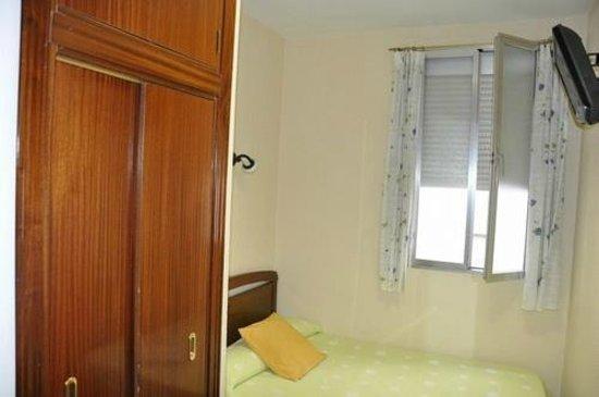 Huespedes La Asturiana: Наш номер. Для понимания масштабов: фото сделано сразу от входной двери, справа еще не влез умыв