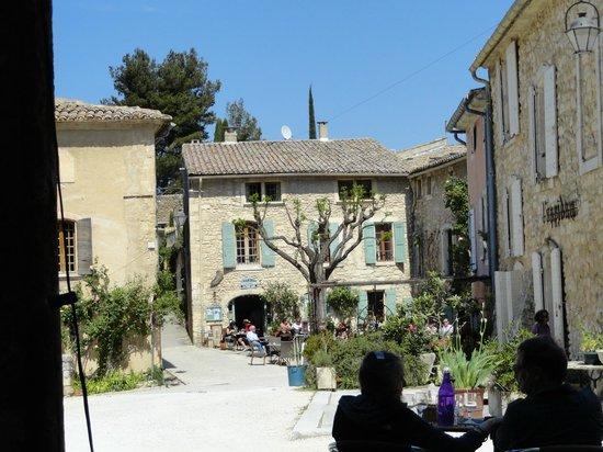 LE PETIT CAFÉ Restaurant & Bar à Vins : Pretty location- not so pretty service