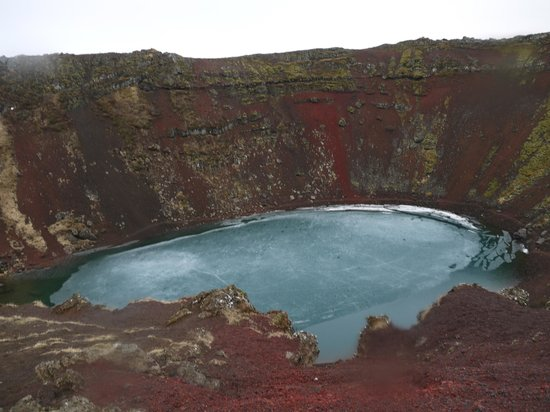 Discover Iceland : The blue of the lake at the bottom of the crater was stunning