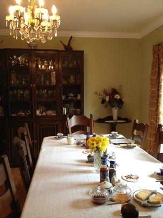 Tom & Eileen's Farm: The breakfast room, very classy