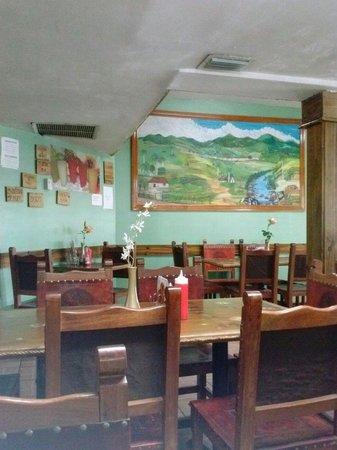 Mesa's BBQ : Rustic interior
