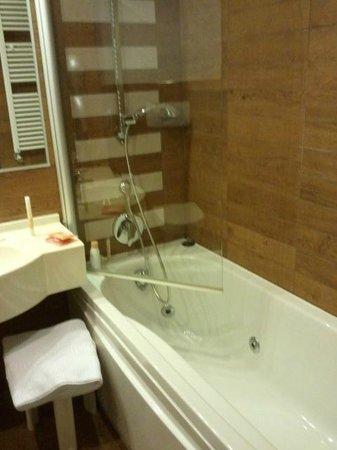E' Hotel : Bagno con vasca idromassaggio