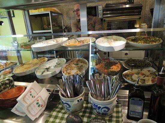 Salut Mediterranean Food: 料理の並ぶカウンター