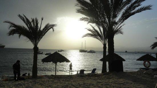 Movenpick Resort & Residences Aqaba: avond uitzicht vanaf strand (hotel)