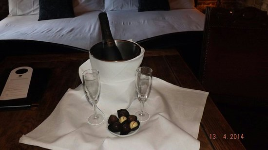 Kinnitty Castle Hotel : Lovely champagne and chocolates already in our room