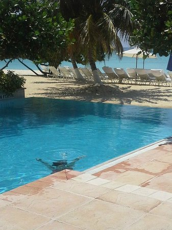 Caribbean Club Luxury Boutique Hotel: Daughter underwater but good view of how close