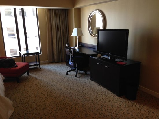 JW Marriott San Francisco Union Square: Tv and Desk