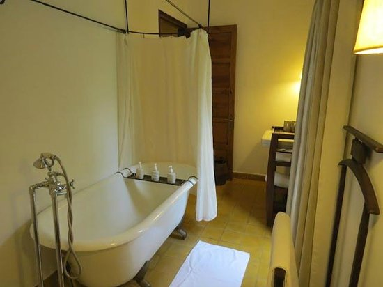 Ana Mandara Villas Dalat Resort & Spa: Period bathroom