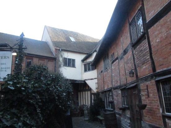 Tudor World : Courtyard