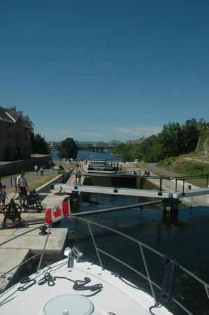 Rideau Canal : The 8 locks at the Chateau Laurier - stairs to the Ottawa River